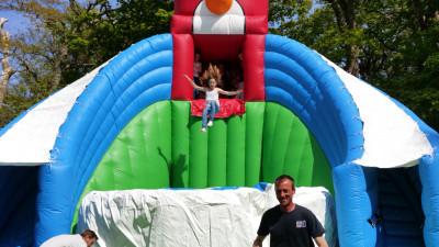 le grand saut jeu gonflable géant au parc de loisirs Parcofolies